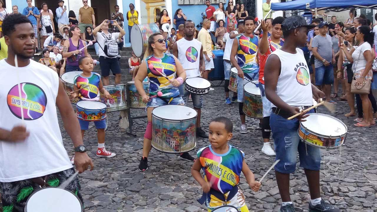 Trommlergruppe Oludum auf dem Platz Pelorinho in Salvador de Bahia